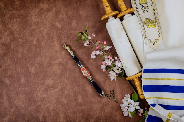 Fêtes juives orthodoxes, au cours de la prière articles châle de prière talith avec rouleau de la torah dans une synagogue