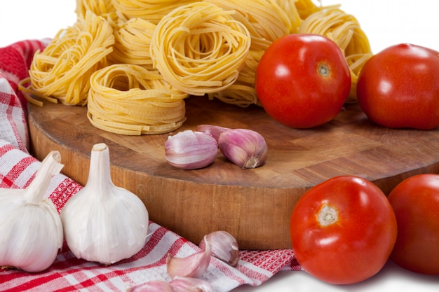 Fettuccine crue avec tomates, ail, oignons et serviette de table