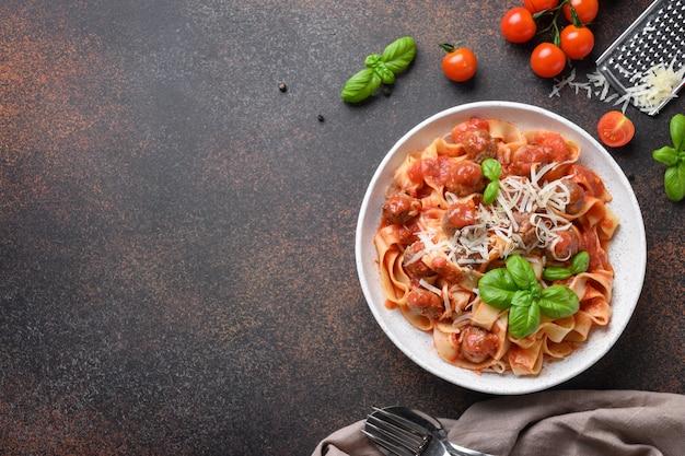 Fettuccine de pâtes italiennes aux boulettes de viande, fromage, tomates, basilic