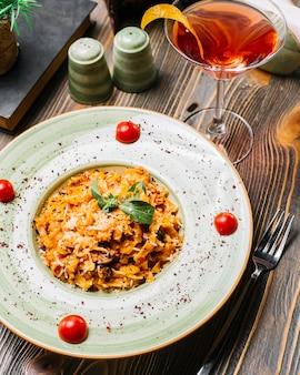 Fettuccine pâtes poulet champignon parmesan tomate menthe cocktail sumakh vue latérale