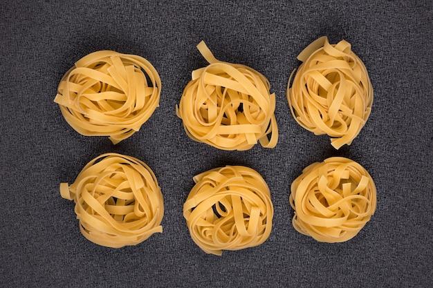 Fettuccine roulée fraîche italienne fettuccine sur fond gris