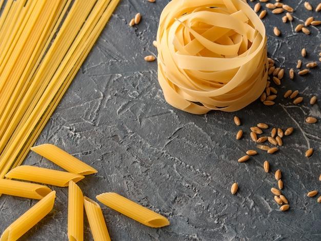 Fettuccine, spaghettis, penne, fusilli de blé dur et grains de blé