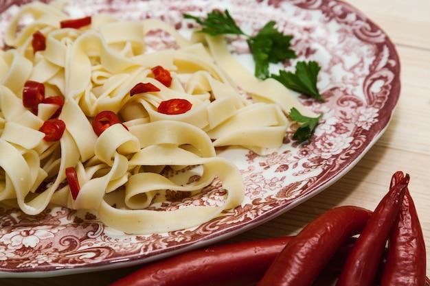 Fettuccini pâtes italiennes au persil et aux piments