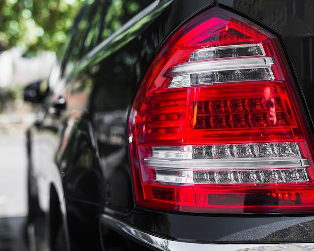 Feu arrière élégant sur la nouvelle auto sombre