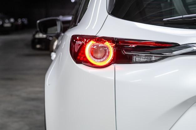 Feu arrière gros plan d'une nouvelle voiture multisegment blanche halogène. extérieur d'une voiture moderne
