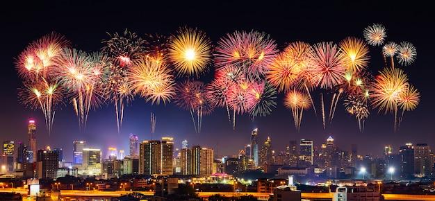 Feu d'artifice de bonne année avec le paysage urbain de bandkok dans la nuit