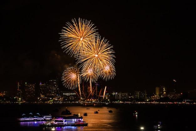 Feu d'artifice coloré sur fond de vue ville de nuit pour le festival de célébration.