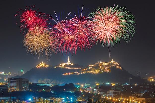 Feu d'artifice de festival annuel dans la province de phetchaburi, thaïlande