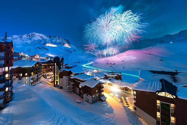 Feu d'artifice et panorama du célèbre val thorens dans les alpes françaises de nuit