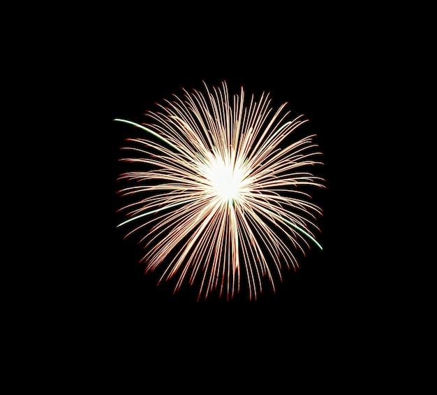 Feu d'artifice rouge sur la nuit de célébration