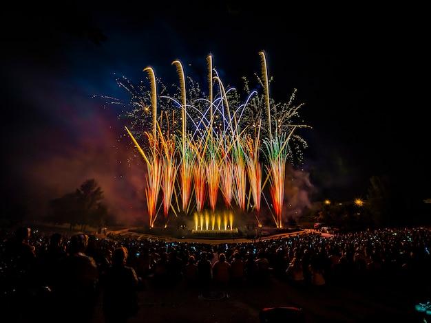 Le feu d'artifice avec la silhouette de l'auditorium