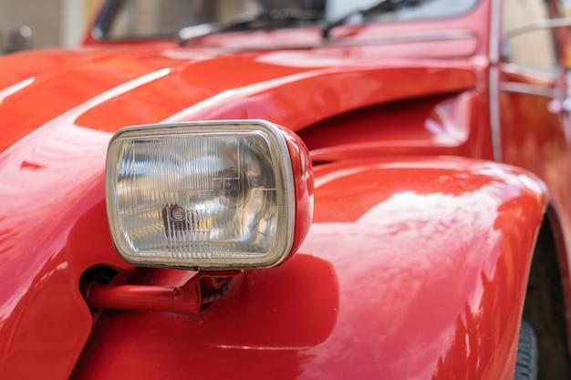 Feu avant de voiture vintage rouge