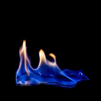 Feu bleu chaud sur noir isolé