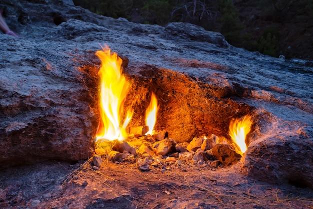 Feu brûlant sur la montagne chimera ou yanartash