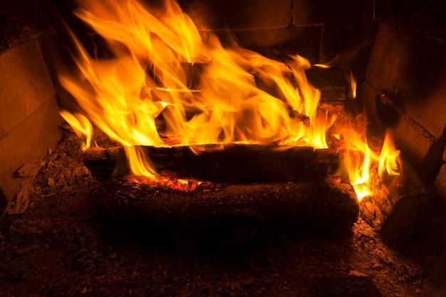 Le feu brûle les bûches sèches