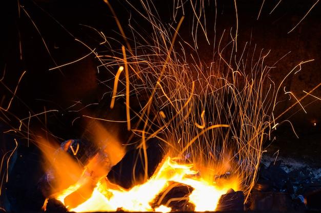 Feu de charbon avec de nombreuses étincelles