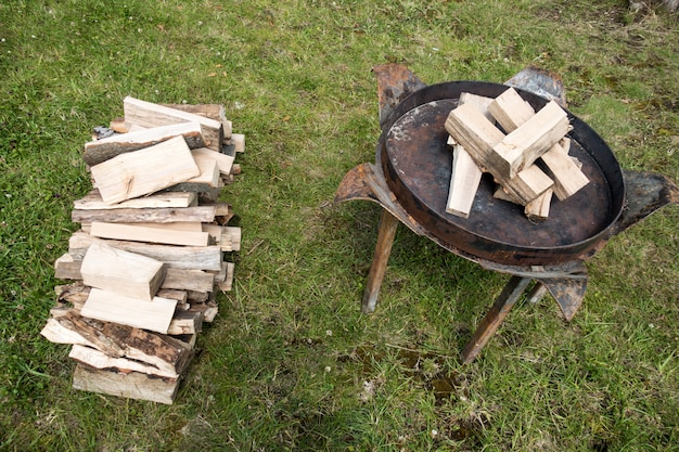 Feu et des charbons ardents sur une grille à la fête de jardin