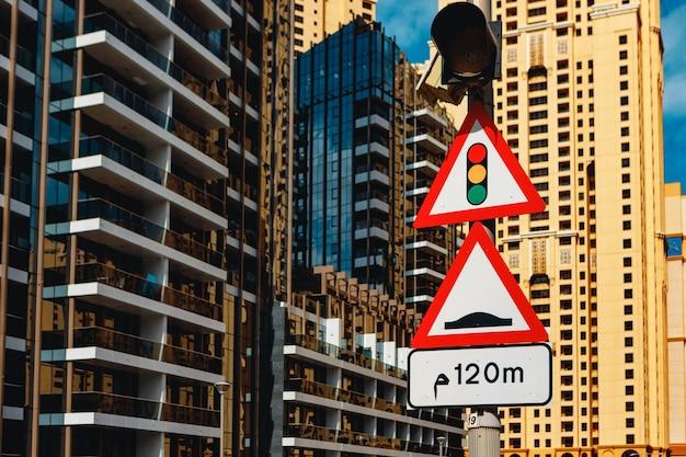Feu de circulation et panneau de signalisation de ralentisseur à dubaï