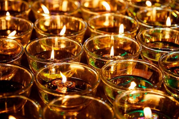 Feu dans des lunettes pour bénir bouddha