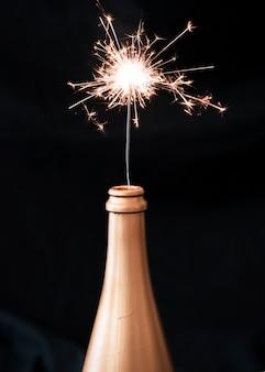 Feu du bengale en bouteille de champagne