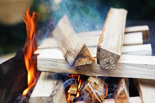 Feu, flammes de braises pour pique-nique au barbecue ou au barbecue, fumée et bois de chauffage en plein air