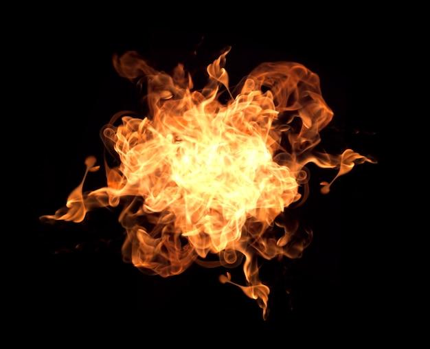 Feu flammes sur fond noir