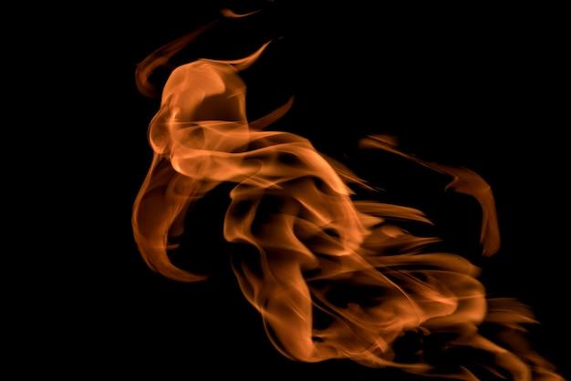 Feu et flammes sur fond noir