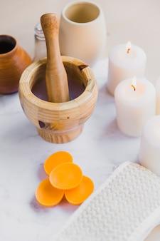 Feu follet près des fournitures d'aromathérapie