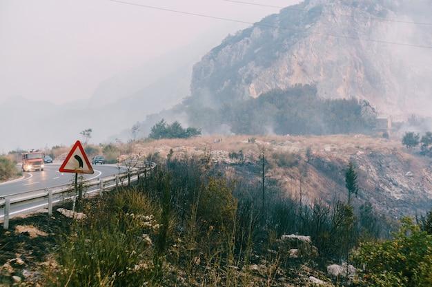 Feu de forêt dans les montagnes près de la route