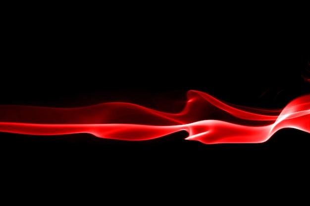 Feu de fumée rouge abstrait sur fond noir