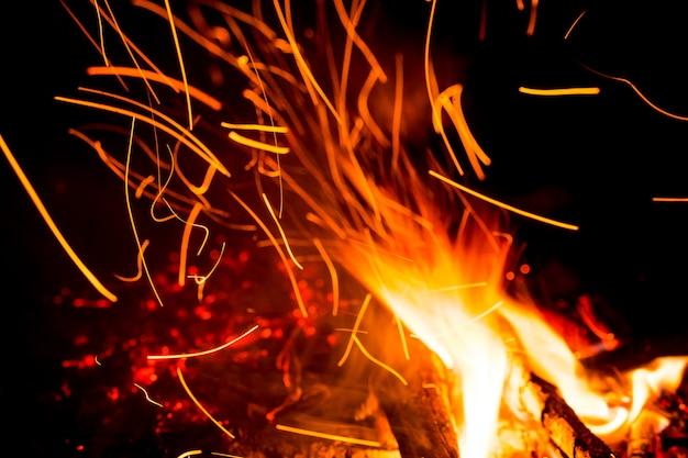 Feu de joie avec des étincelles de feu dans la nuit,