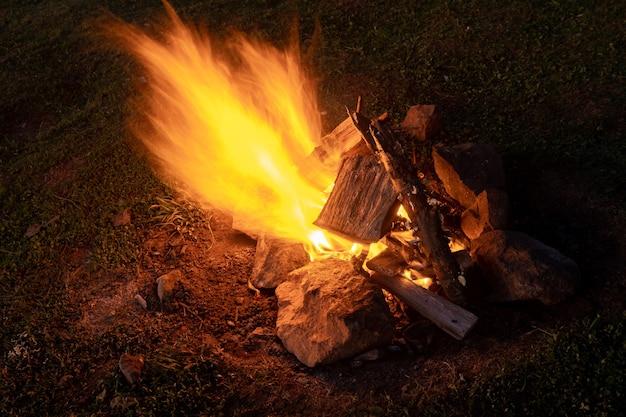 Feu de joie sur le terrain la nuit. la nature. chaud.
