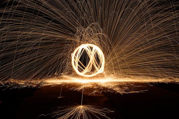 Feu de laine d'acier en spirale, art de la laine d'acier tournante, lumière absmtact