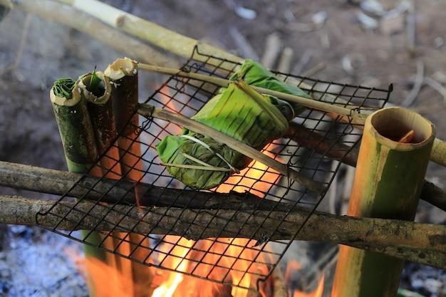 Feu la nourriture dans la forêt pendant la randonnée.