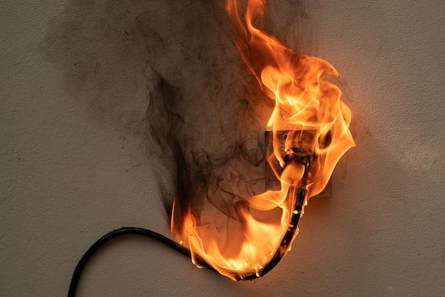 En feu prise de fil électrique sur le mur de béton fond de béton exposé