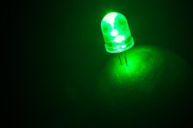 Feu vert conduit à partir de citron vert ou de citron énergie naturelle sur noir