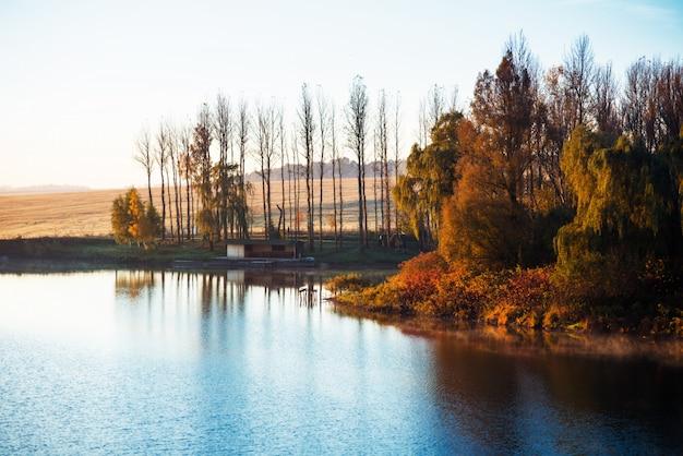 Feuillage d'automne coloré sur le lac