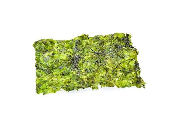 Feuille d'algues séchées, algues croustillantes isolé sur blanc.