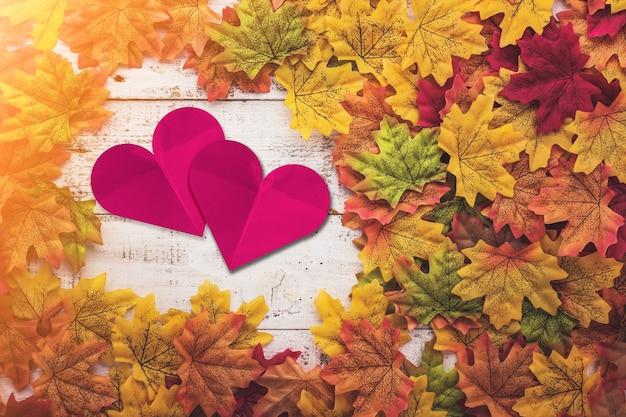 Feuille d'automne sur le vieux plancher de texture en bois vintage blanc avec espace copie gratuit pour vos idées