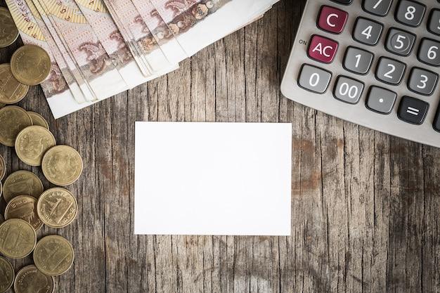 Feuille blanche sur le bureau en bois, concept de finances