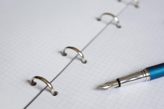 Feuille blanche de cahier ou d'agenda et stylo-plume