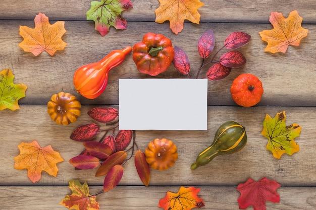 Feuille blanche entre les feuilles et les légumes
