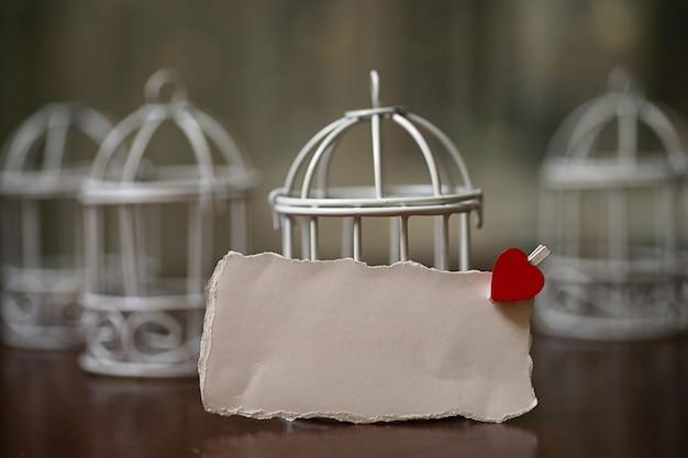 Feuille blanche de notes d'amour de papier et forme de coeur