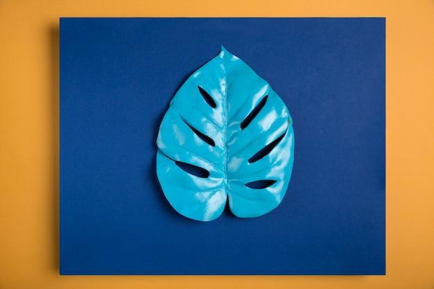 Feuille bleue sur rectangle bleu foncé