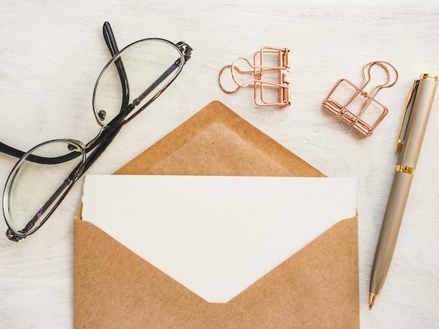 Feuille de bloc-notes vierge pour votre message de félicitations.