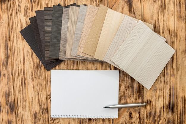 Feuille de cahier vide avec catalogue de couleurs de bois de sol pour la conception. collection de stratifiés comme échantillonneur