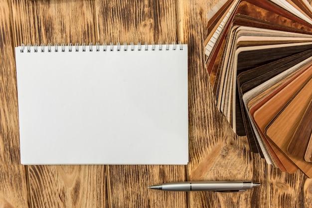Feuille de cahier vide avec catalogue de couleurs de plancher en bois pour la conception. collection de stratifiés comme échantillonneur