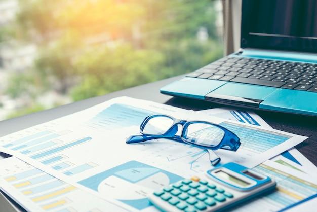 Feuille de calcul graphique excel document montrant des informations financières avec des articles de papeterie