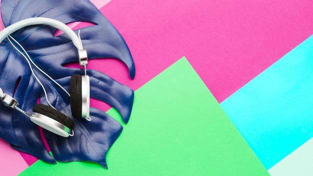 Feuille et casque sur une surface multicolore
