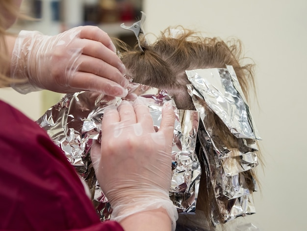 Feuille sur les cheveux lors de la coloration des cheveux. fermer